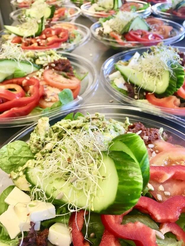 Bilde av Salat med Pestomarinert Kylling, Soltørket Tomat, Feta& Solsikkekjerner