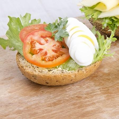 Rundstykke med egg og tomat